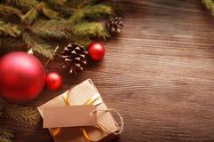 Рождественская елка с подарочной коробкой и украшения на деревянном backgroun стоковое фото