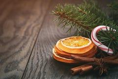 Рождественская елка с традиционными украшениями на старом деревянном тонизированном годе сбора винограда предпосылки Стоковые Фото