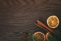 Рождественская елка с традиционными украшениями на старом деревянном тонизированном годе сбора винограда предпосылки Стоковая Фотография RF