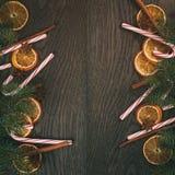 Рождественская елка с традиционными украшениями на старом деревянном тонизированном годе сбора винограда предпосылки Стоковое Фото