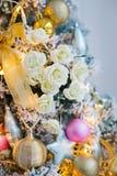 Рождественская елка украшенная с игрушками и цветками Стоковая Фотография
