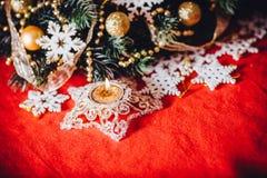 Рождественская открытка при ветвь ели украшенная с золотыми безделушками, гирляндами и снежинками года сбора винограда на красной Стоковое Изображение RF