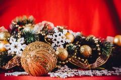 Рождественская открытка при ветвь ели украшенная с золотыми безделушками Стоковая Фотография