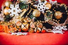 Рождественская открытка при ветвь ели украшенная с золотыми безделушками, гирляндами и снежинками года сбора винограда на красной Стоковые Фото