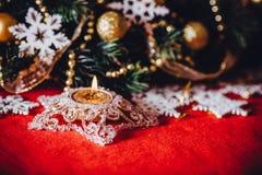 Рождественская открытка при ветвь ели украшенная с золотыми безделушками, гирляндами и снежинками года сбора винограда на красной Стоковая Фотография