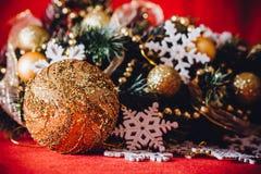 Рождественская открытка при ветвь ели украшенная с золотыми безделушками, гирляндами и снежинками года сбора винограда на красной Стоковая Фотография RF
