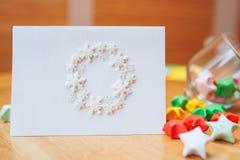 Рождественская открытка с венком белых снежинок Стоковая Фотография