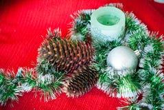 Рождественская открытка с конусами сосны Стоковые Фотографии RF