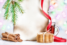 Рождественская открытка с чаем, печеньями и циннамоном Стоковая Фотография RF