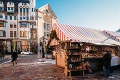 Рождественская ярмарка на квадрате купола в Риге, Латвии Торговые дома Стоковое Изображение RF