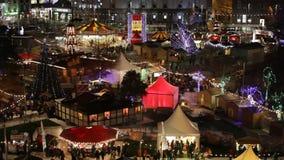 Рождественская ярмарка на ноче Ареальный взгляд видеоматериал