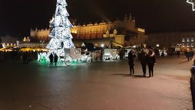 Рождественская ярмарка посещения людей на главной площади в старом городе сток-видео
