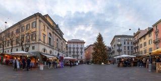 Рождественская ярмарка при украшенные хаты освещенные и стоковые изображения