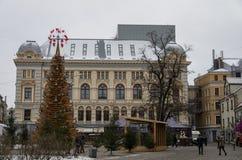 Рождественская ярмарка с деревянной рождественской елкой влюбленности на Livu кв стоковое фото rf