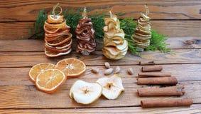 Рождественские елки состава рождества handmade от высушенных плодоовощей Стоковая Фотография