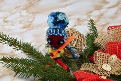 рождество веселое Елевая ветвь с украшениями и куклой Стоковое Фото