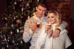 рождество веселое Молодые пары празднуя Новый Год дома Какао человека и женщины выпивая Стоковое фото RF
