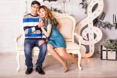 рождество веселое Молодые пары празднуя рождество дома Стоковая Фотография