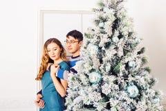 рождество веселое Молодые пары празднуя x-mas Стоковые Изображения