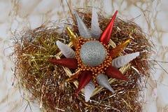 рождество веселое Орнаменты в плетеных коробке и сусали Стоковые Фото
