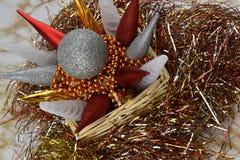 рождество веселое Украшение в плетеных коробке и сусали Стоковое фото RF