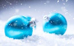 Рождество время конца рождества предпосылки красное вверх Голубые шарики рождества в снеге и снежных абстрактных сценах Стоковая Фотография RF
