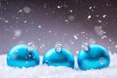 Рождество время конца рождества предпосылки красное вверх Голубые шарики рождества в снеге и снежных абстрактных сценах Стоковое Изображение RF