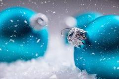 Рождество время конца рождества предпосылки красное вверх Голубые шарики рождества в снеге и снежных абстрактных сценах Стоковые Изображения