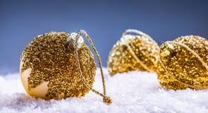 Рождество время конца рождества предпосылки красное вверх Роскошный шарик рождества в снеге и снежных абстрактных сценах Стоковые Фотографии RF
