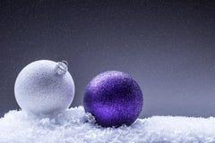 Рождество время конца рождества предпосылки красное вверх Роскошный шарик рождества в снеге и снежных абстрактных сценах Стоковое фото RF