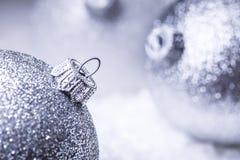 Рождество время конца рождества предпосылки красное вверх Роскошный шарик рождества в снеге и снежных абстрактных сценах Стоковые Фото