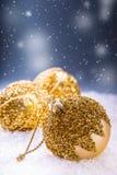 Рождество время конца рождества предпосылки красное вверх Роскошный шарик рождества в снеге и снежных абстрактных сценах Стоковая Фотография