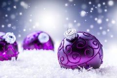 Рождество время конца рождества предпосылки красное вверх Роскошный шарик рождества в снеге и снежных абстрактных сценах Стоковая Фотография RF