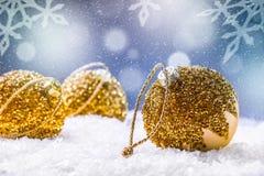 Рождество время конца рождества предпосылки красное вверх Роскошный шарик рождества в снеге и снежных абстрактных сценах Стоковое Фото