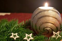 Рождество, горящая серебряная свеча с сосной разветвляет st und белый Стоковое Изображение RF