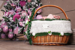 Рождество забавляется в плетеной корзине от лоз Стоковая Фотография RF