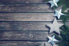 Рождество играет главные роли на деревянной предпосылке с ветвями ели Стоковая Фотография RF