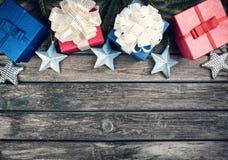 Рождество играет главные роли на деревянной предпосылке с ветвями ели Стоковые Фотографии RF
