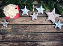 Рождество играет главные роли на деревянной предпосылке с ветвями ели Стоковые Изображения RF