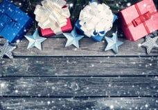 Рождество играет главные роли на деревянной предпосылке с ветвями ели Стоковая Фотография