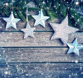 Рождество играет главные роли на деревянной предпосылке с ветвями ели Стоковые Фото