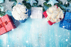 Рождество играет главные роли на деревянной предпосылке с ветвями ели Стоковое Изображение RF