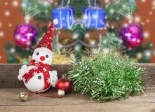 Рождество, игрушка снеговика на деревянном Стоковое Изображение RF
