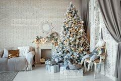 Рождество и Новый Год украсили внутреннюю комнату Стоковое фото RF