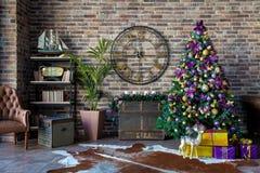Рождество и Новый Год украсили внутреннюю комнату Стоковые Фото