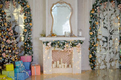 Рождество и Новый Год украсили внутреннюю комнату Стоковое Изображение