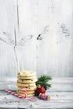 рождество карточки праздничное Домодельные печенья с падениями шоколада для Санта Клауса в блюде выпечки украшенная ель Стоковые Изображения