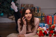 Рождество красивой девушки ожидающее решения Стоковое Фото