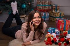 Рождество красивой девушки ожидающее решения Стоковое фото RF
