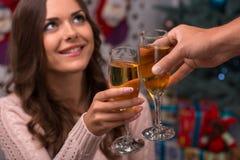 Рождество красивой девушки ожидающее решения Стоковое Изображение RF